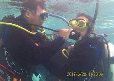 潛水訓練下互相協助