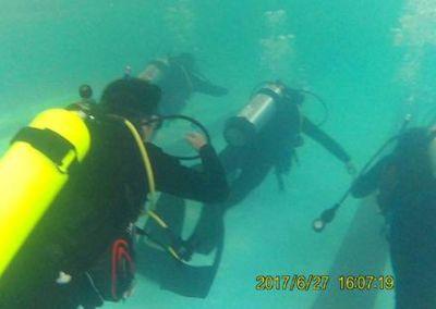 潛水行進中