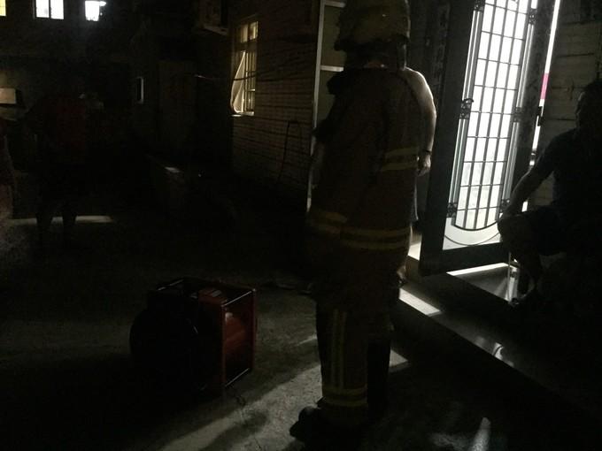 消防隊員使用排煙機情形